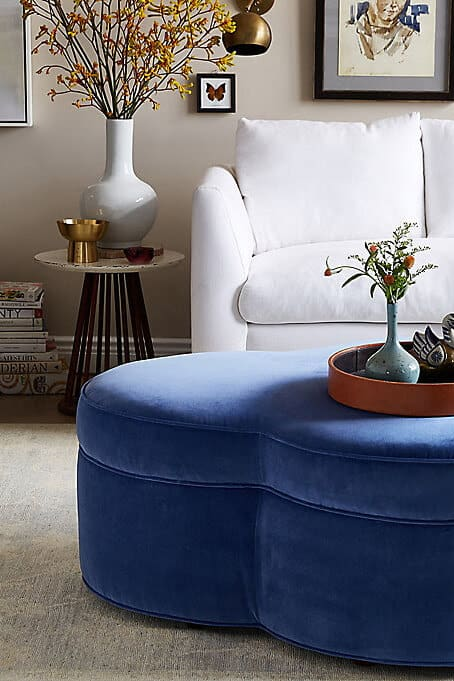 3_INTERIER_TRENDI_Klubska mizica v modrem žametu kot barvni poudarek doma
