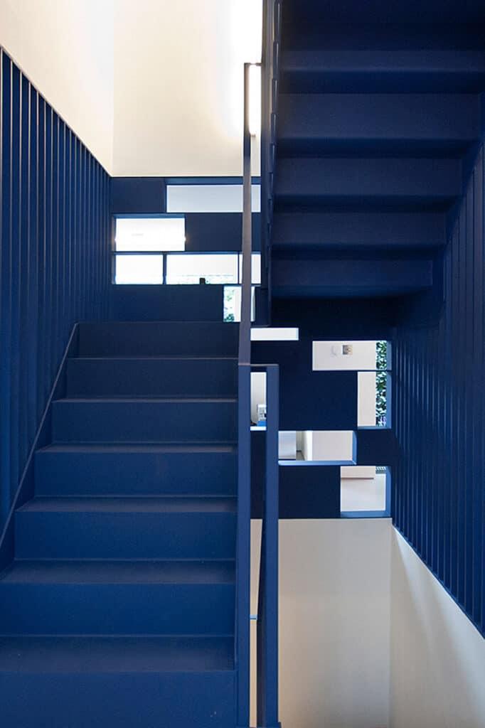 9_INTERIER_TRENDI_Stopnisce v modri barvi vas ne bo pustilo ravnodusne