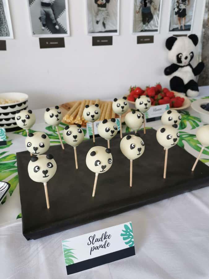 Tematsko je lahko obarvana tudi hrana na zabavi za 1. rojstni dan. K panda temi pašejo panda cakepopsi.