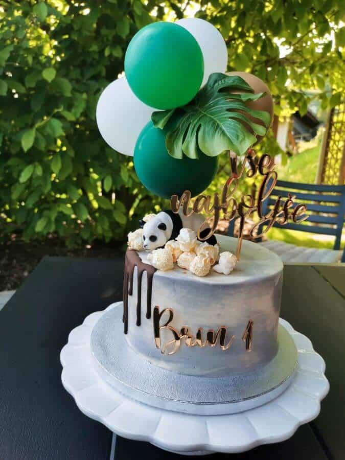 Naročila sem manjšo torto za naše družinsko praznovanje in večjo za zabavo.